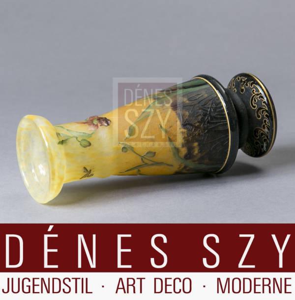 Jugendstil Glas Vase von Daum Nancy Frankreich um 1900 mit Insekten und Blueten Dekor, Cameo Glas geschnitten und geaetzt mit Gold gehoeht