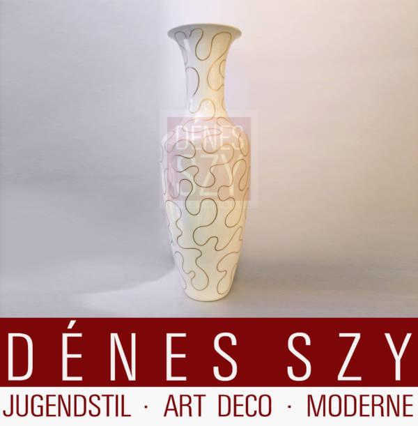 Grand vase en porcelaine à décor or en forme de lignes organiques, décor amibe, Conception: Johannes Henke 1975 (forme), Exécution: KPM Berlin, Allemagne