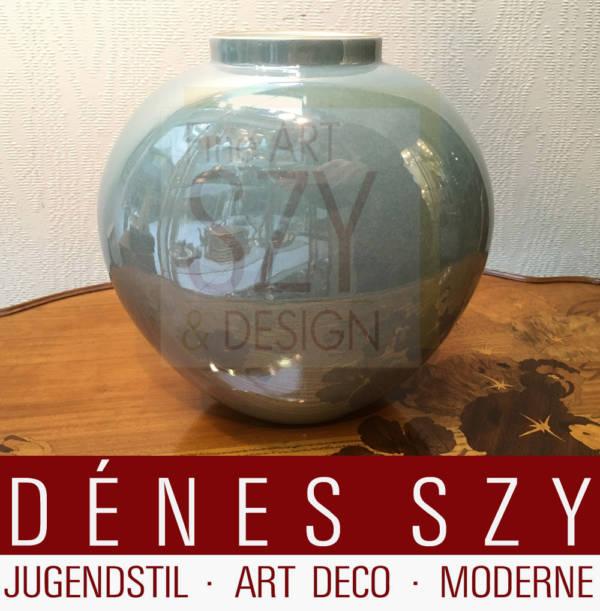 vaso in porcellana bianca con decoro iridescente disegnato da Trude Petri 1935 eseguita da KPM Berlino