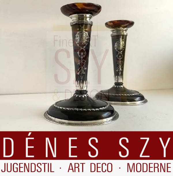 Pair of candlesticks Edwardian era, with oval base and oval spout, tortoiseshell and sterling silver, Decor of ribbons, wreaths and musical instruments, Design and execution: William Comyns & Sons (1858-1930s), London 1911